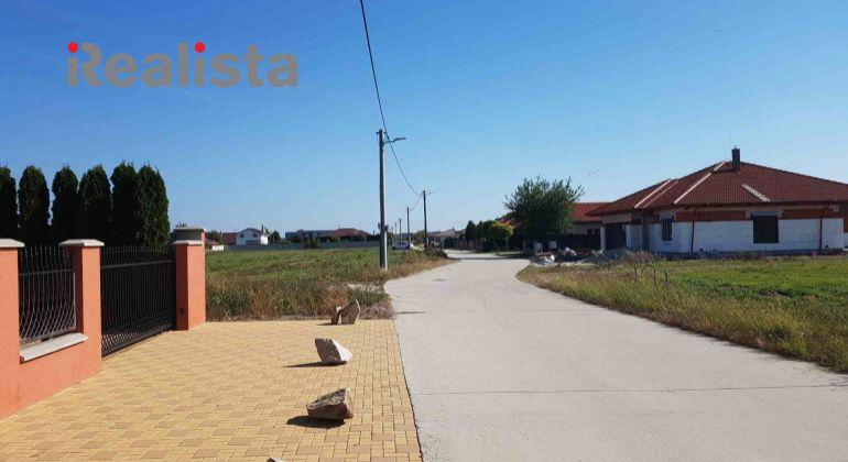 REZERVOVANÉ - Priestranný stavebný pozemok v obci Báč - kompletné inžinierske siete