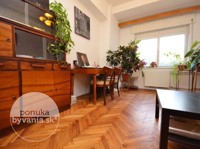 PREDANÉ - KRÍŽNA, 2-i byt, 63 m2 - útulný byt takmer v CENTRE mesta, orientovaný do DVORA, možnosť upraviť podľa vašich PREDSTÁV