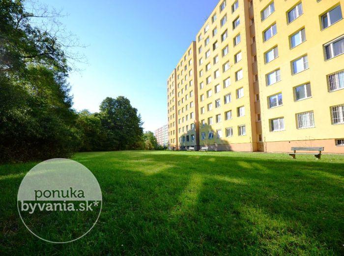 PREDANÉ - PÚPAVOVÁ, 1-i byt, 40 m2 - slnečný byt s VEĽKOU LOGGIOU, v záplave ZELENE hneď pri LÍŠČOM ÚDOLÍ, čiastočná REKONŠTRUKCIA