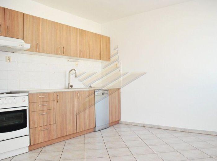 PREDANÉ - ZADUNAJSKÁ, 2-i byt, 56,7 m2 - 11-ročná bytovka, vlastné parkovanie, 5 minút OD STARÉHO MESTA