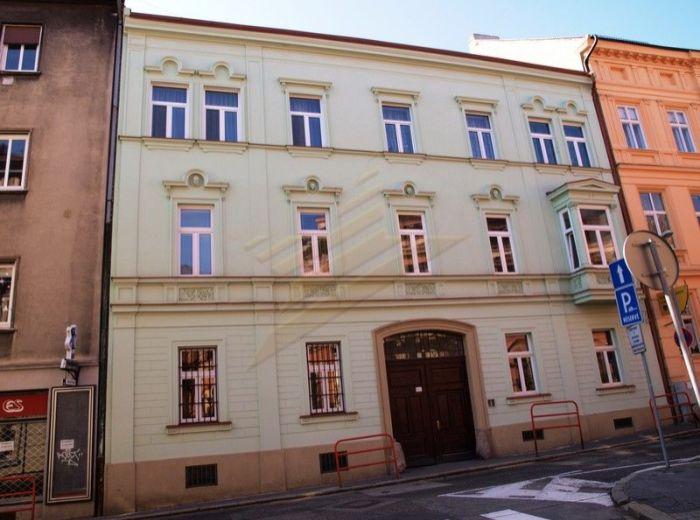PREDANÉ - KOZIA, Staré Mesto, 2-i tehlový byt, 60 m2 - s balkónom, kompletná rekonštrukcia, V SAMOTNOM SRDCI MESTA