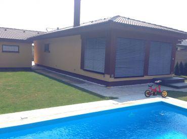 !!! Krásny bungalov  na 5á pozemku v rekreačnej oblasti Rovinky !!!