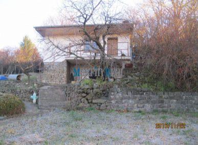 Predám 2 podlažnú chatu s 800 m2 pozemkom pri vinohradoch-Rača.