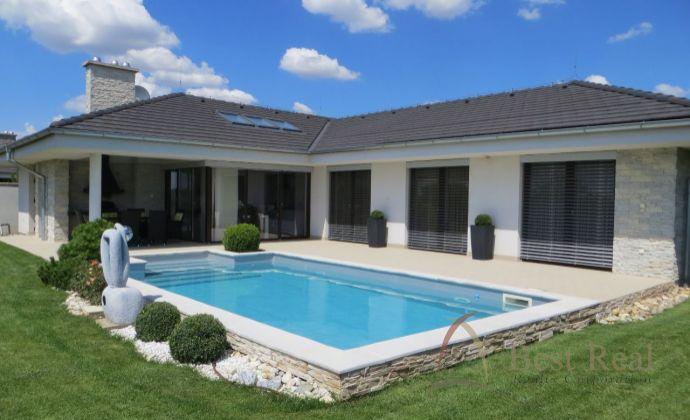 Best Real – exkluzívny rodinný dom s bazénom v Senci, zaujme dispozíciou, vysokým štandartom, príjemným prostredím.