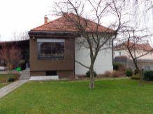 Zariadený rodinný dom s pozemkom a garážou na prenájom blízko centra mesta