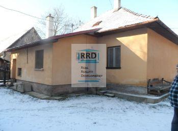 Rodinný dom s hospodárskou budovou v obci Slovany
