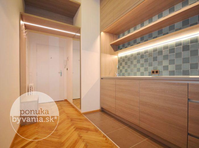 PRENAJATÉ - HVIEZDOSLAVOVO NÁMESTIE, 1i-byt, 35 m2 - svetlý byt v ÚPLNOM CENTRE, množstvo úložného priestoru, KOMPLETNÁ rekonštrukcia