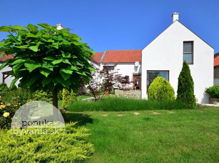 PREDANÉ - SVÄTÝ JUR, 5-i dom, 234 m2 – tehlová NOVOSTAVBA, pozemok 567 m2, KRB, terasa, krásna okrasná záhradka, podpivničenie, GARÁŽ