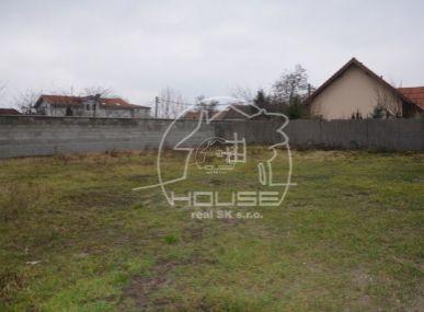 PREDAJ: pozemok vhodný na stavbu rodinného domu s výmerou 557 m2 Bratislava, časť Podunajské Biskupice