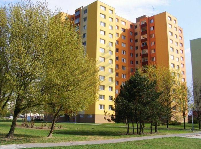 PREDANÉ - HOLÍČSKA, 3-i byt, 69 m2 - čiastočne zrekonštruovaný byt s loggiou, s krbom a krásnym výhľadom, V ZATEPLENOM BYTOVOM DOME