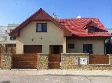 Pekný, tehlový dom v centre Rovinky s dvoma bytovými jednotkami, garážou a pivnicou!