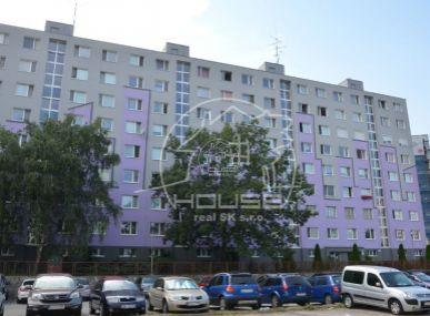 PREDAJ: priestranný, 3 izb. byt s výmerou 70 m2 s loggiou v Bratislave V, časti  Petržalka, Šintavská ulica
