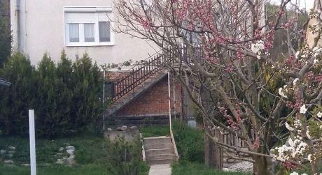 PREDAJ - poschodový rodinný dom v Kamenici nad Hronom.