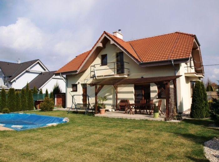 PREDANÉ - ZÁLESIE - IGNÁCA GEŠAJA, 5-i dom, 285 m2 - novostavba s krbom, balkóny, terasa, PIVNICA, GARÁŽ, pozemok 7,1 á SLNEČNÝ, s BAZÉNOM