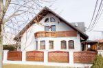 RETRO REALITY - ponúka krásny rodinný dom s veľkým pozemkom, dvoj-garážou a útulným interiérom. Skvelá dispozícia. Treba vidieť!