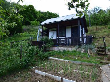 Záhrada s chatkou  v záhradkárskej osade na Banke pri Piešťanoch
