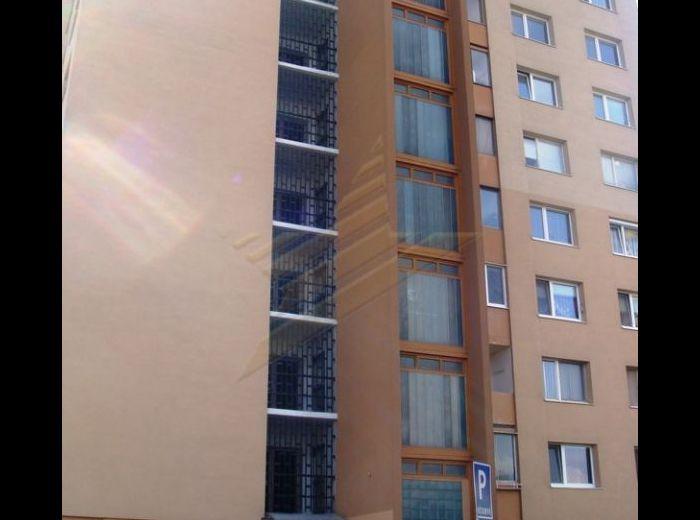 PREDANÉ - OŽVOLDÍKOVÁ, 3-i byt, 74 m2 - VEĽKÝ BYT s LOGGIOU, v príjemnej lokalite v ZATEPLENOM DOME