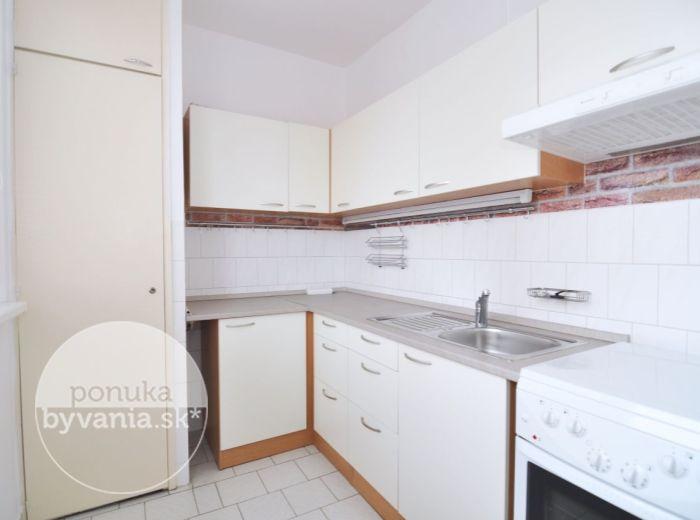 PREDANÉ - NEJEDLÉHO, 2-i byt, 54 m2 – čiastočná rekonštrukcia, ZATEPLENÁ 8-POSCHODOVÁ BYTOVKA, pri OC Saratov, NÍZKE NÁKLADY