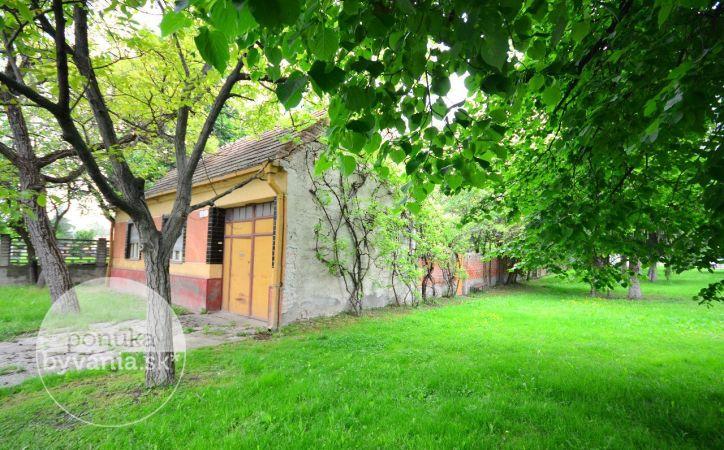 PREDANÉ - SLOVENSKÝ GROB, 5-i dom, 127 m2 - 558 m2 pozemok, ideálny dom na PRESTAVBU PODĽA VÁŠHO VKUSU, pokojné zelené prostredie