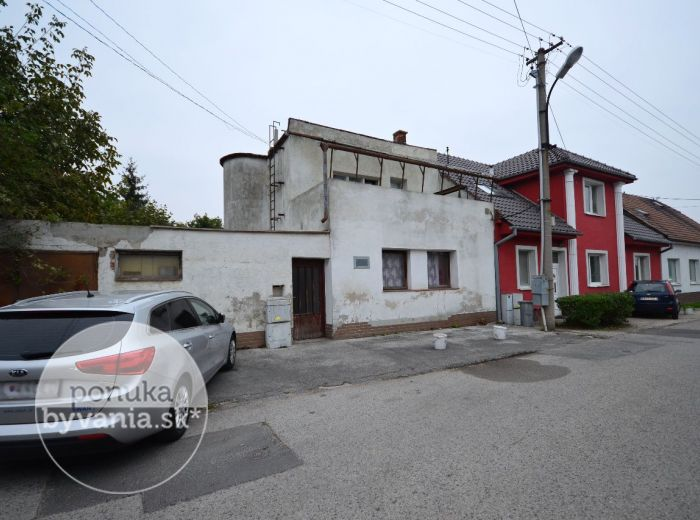 PREDANÉ - STROJNÍCKA, 3-i dom, 321 m2 - priestranný RD s GARÁŽOU, pozemok 773 m2, PIVNICA, studňa, ideálny aj na PODNIKANIE
