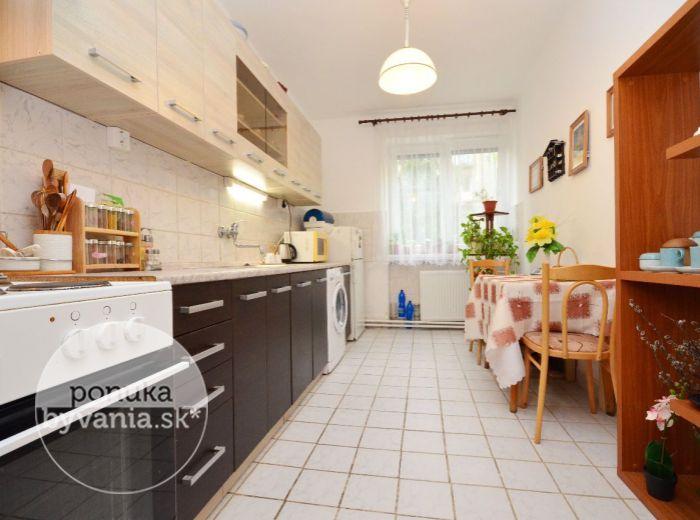 PREDANÉ - VAJNORSKÁ, 1-i byt, 42 m2 - priestranný TEHLOVÝ byt, kompletná rekonštrukcia, možnosť PARKOVANIA vo VLASTNOM DVORE