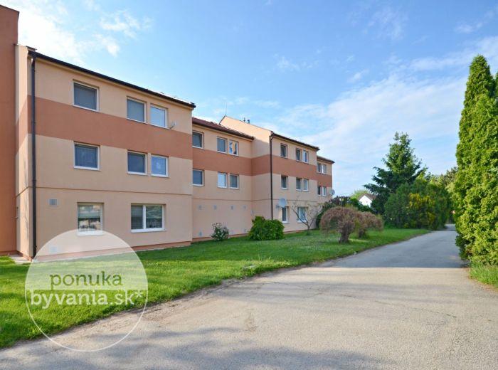 PREDANÉ - MOST PRI BRATISLAVE, 3-i byt, 79 m2 - čiastočne zrekonštruovaný byt s veľkým BALKÓNOM, v ZATEPLENOM dome, v príjemnej zelenej lokalite