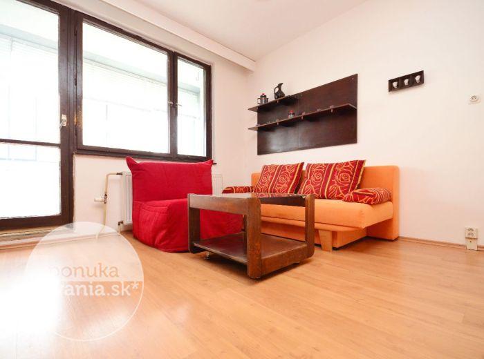 PREDANÉ - HOLÍČSKA, garsónka, 30 m2 - VEĽKÁ zasklená LOGGIA, zariadený byt, blízko DRAŽDIAKA, ZATEPLENÝ bytový dom, veľké parkovisko