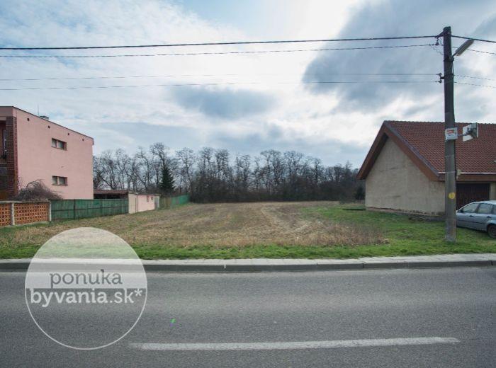 PREDANÉ - HOSTE, pozemok pre RODINNÝ DOM, 1 320 m2, VŠETKY IS na hranici pozemku, krásna POKOJNÁ obec, možnosť ROZDELIŤ