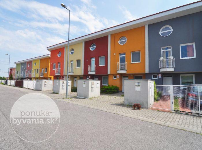 PREDANÉ - ČIERNA VODA, 3-i RD, 135 m2 – tehlový radový RD, so slnečnými terasami, záhradkou, krbovými kachlami