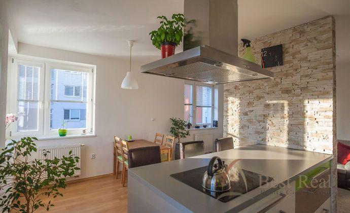 Best Real - moderný 4 izbový byt, kompletne zariadený v centre Senca, výborne dispozične riešený.