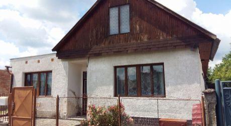 Ponúkame na predaj veľký rodinný dom v obci Čata.