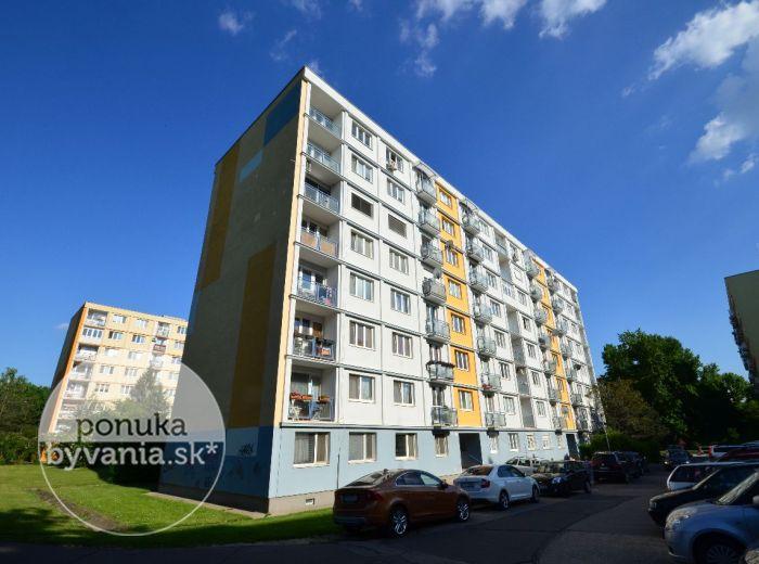 PREDANÉ - ŠÁNDOROVA – 3-i byt, 74 m2 – príjemný zrekonštruovaný byt s garážou, VÝBORNÁ LOKALITA, pokojná ČASŤ RUŽINOVA PLNÁ ZELENE