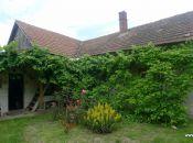 Kamanová - 3 izbový dom na rekonštrukciu s pekným pozemkom