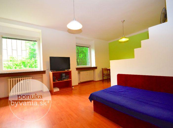 PREDANÉ - ŠANCOVA, 2-i byt, 47 m2 – PARKOVANIE priamo vo dvore plnom zelene