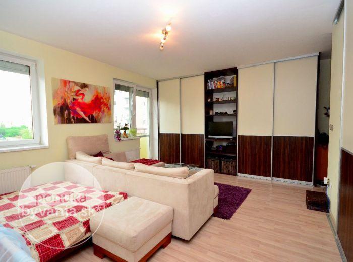 PREDANÉ - ŠUSTEKOVA, 1-i byt, 38 m2 – ZAČIATOK Petržalky, ZARIADENÝ tehlový byt, VÝBORNÁ DOSTUPNOSŤ, vyhľadávaná lokalita a KOMPLETNÁ VYBAVENOSŤ
