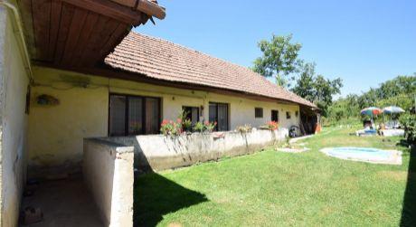 Pozemok  863m2 so starším 3.izb. rodinným domom - Nitrianska Blatnica