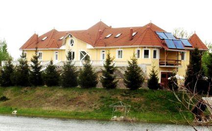 GEMINIBROKER Vám ponúka na predaj krásny apartmánový dom v obci Hernádszurdok
