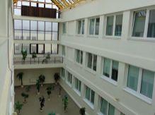 Rozsiahla ponuka moderných kancelárií v širšom centre města.