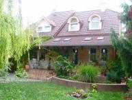VYHĽADÁVANÁ LOKALITA !! Priestranný 6.-izb. rodinný dom s pekným pozemkom o rozlohe 550 m2, garáž, blízko centra mesta