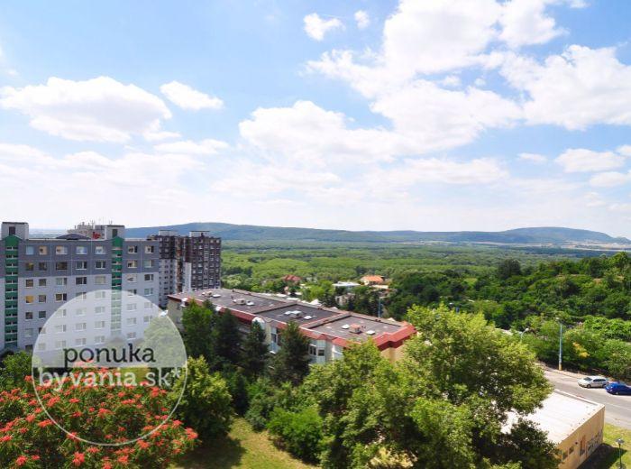 PREDANÉ - MAJERNÍKOVA, 4-i byt, 82 m2 - príjemne novo zrekonštruovaný byt so zasklenou LOGGIOU, v ZATEPLENOM dome, ihneď k dispozícii