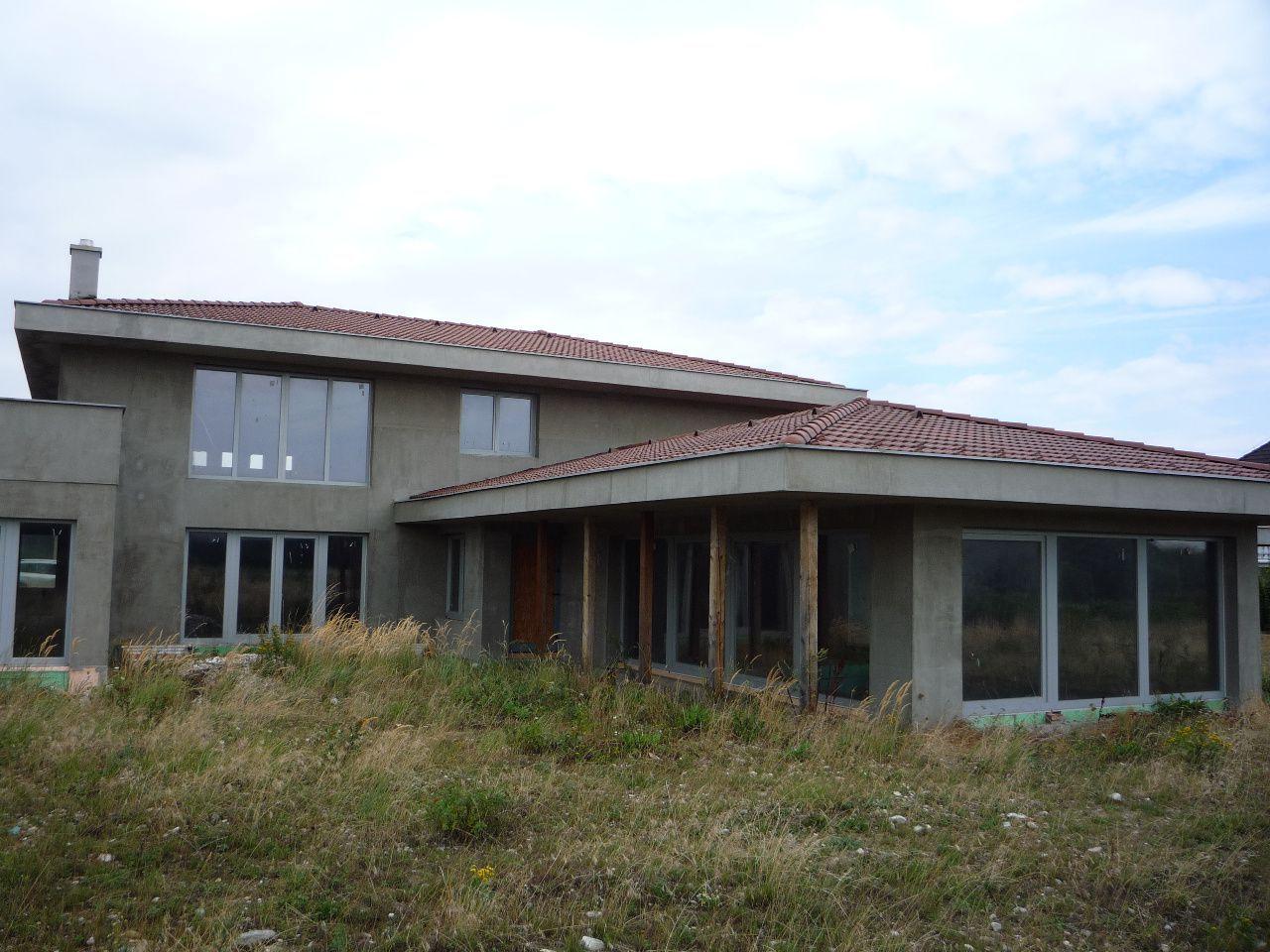 !!!DOHODA MOŽNÁ!!! RK Areté real ponúka na predaj rozostavanú vilu a menší RD na jednom pozemku v Limbachu