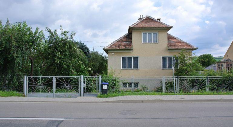 Ponúkame Vám na predaj dom s veľkým pozemkom na výstavbu v obci Zamarovce.