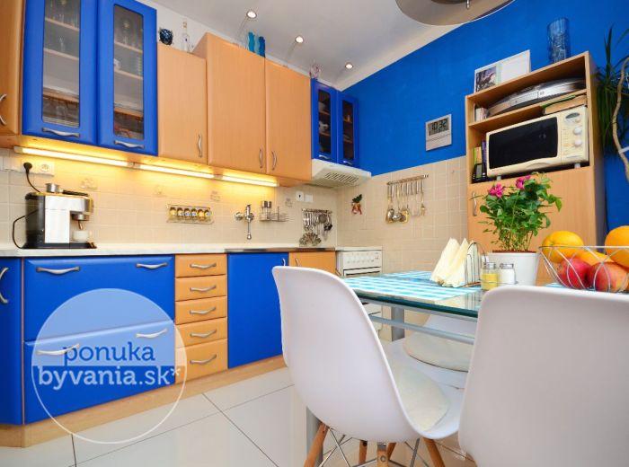 PREDANÉ - MUŠKÁTOVÁ, 3-i byt, 78 m2 - krásny REKONŠTRUOVANÝ BYT, zelené okolie, NÍZKOPODLAŽNÁ bytovka