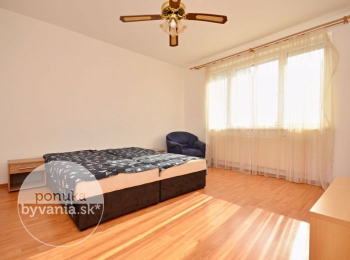 PREDANÉ - LIETAVSKÁ, 3-i byt, 70 m2 - zrekonštruovaný, PRIESTRANNÁ KUCHYŇA, v ZATEPLENOM bytovom dome, ihneď voľný