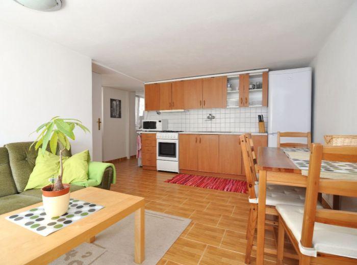 PRENAJATÉ - PIONIERSKA, 2-i byt, 60 m2 - prenájom príjemného samostatného bytu v RODINNOM DOME