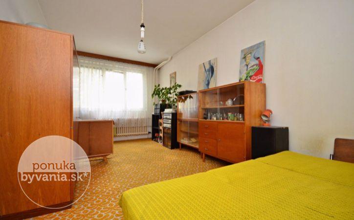 PREDANÉ - ŠÁNDOROVA, 3-i byt, 72 m2 - veľmi ZACHOVALÝ pôvodný stav, DUBOVÉ parkety, ZATEPLENÝ, v krásnej časti plnej ZELENE