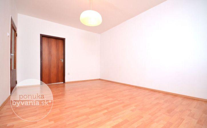 PREDANÉ - TOPLIANSKA, 3-i byt, 69 m2 – možnosť zariadiť PODĽA SEBA, loggia, zateplený bytový dom, DOBRÁ LOKALITA s množstvom zelene