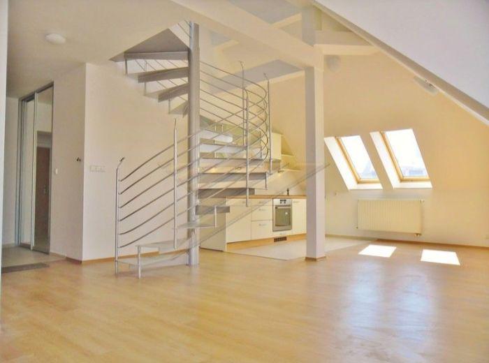 PREDANÉ - GRӦSSLINGOVÁ, 2-i byt, 74 m2 – podkrovný a slnečný mezonet, S VÝŤAHOM, novostavba, S VÝHĽADOM na HRAD a KAMZÍK