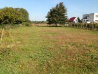 REALFINANC - Ponúkame na predaj 700 m2 stavebný pozemko so šírkov 20 metrov v tichej bočnej ulici o obci Zvončín !!!