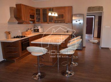 PREDAJ: 4 izb. rodinný dom, Veľký Biel, s garážou, pekným pozemkom, rekonštrukcia